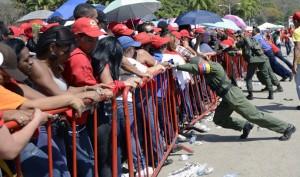 VENEZUELA-CHAVEZ-DEATH-FUNERAL-CHAPEL-SUPPORTERS