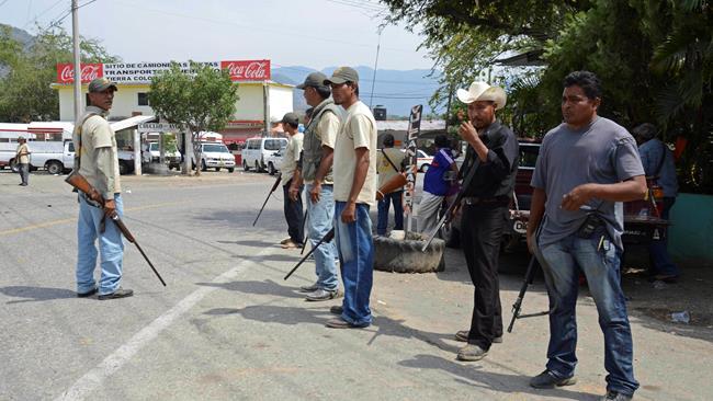 Mexican vigilantes seize town, arrest police