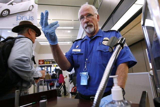 TSA agents swarm Ron Paul's plane, demand explosives check